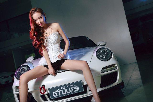 """Chân dài đọ độ """"hot"""" bên xe sang Porsche 911 Carrera 4S 4a"""