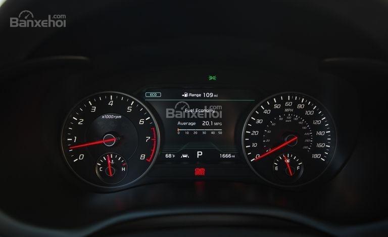 Đánh giá xe Kia Stinger 2018: Bảng đồng hồ lái Analogue, khá rõ ràng và đẹp mắt//