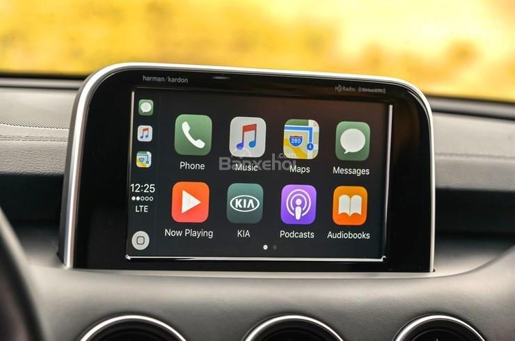 Đánh giá xe Kia Stinger 2018: Màn hình cảm ứng 8 inch a2