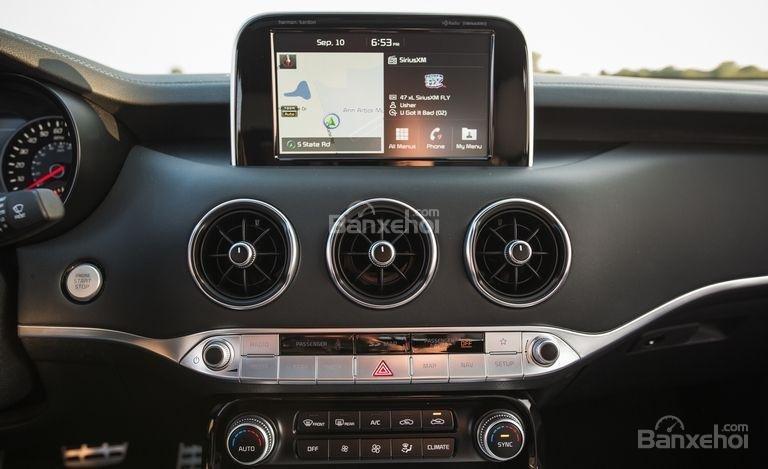 Đánh giá xe Kia Stinger 2018: Màn hình cảm ứng 8 inch a3