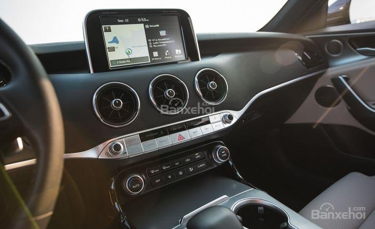 Đánh giá xe Kia Stinger 2018: Cửa gió hình tròn cỡ lớn//