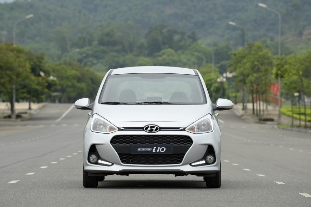 Hyundai Grand i10 màu bạc chụp từ phía trước