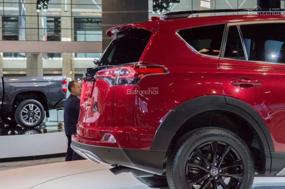 Đánh giá xe Toyota RAV4 2018: Đuôi xe hơi phình.