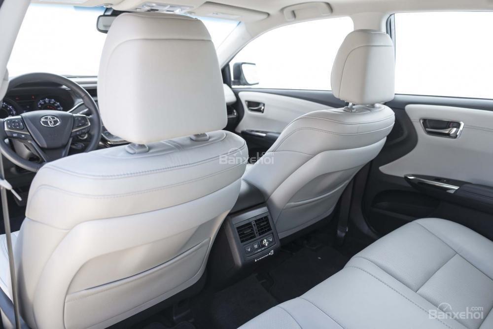 Đánh giá xe Toyota Avalon 2017: Không gian để chân và trần xe rộng, thoáng.