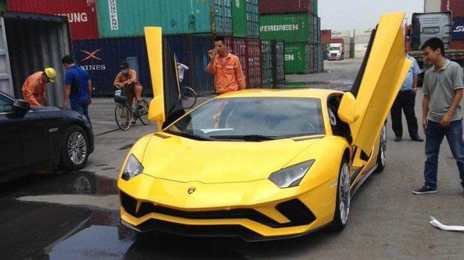 Ảnh chụp xe Lamborghini Aventador S màu vàng từ phía trước