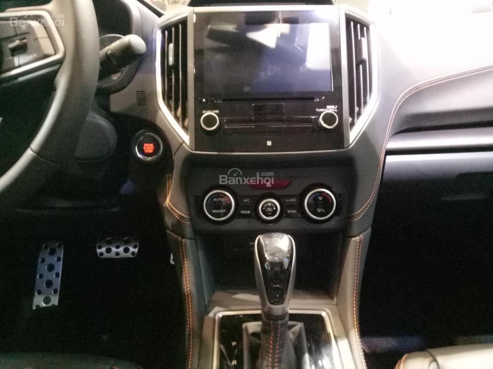 Đánh giá xe Subaru XV 2018: Bảng điều khiển và cần gạt số.