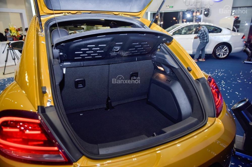 Đánh giá xe Volkswagen Beetle Dune 2017-2018: Khoang hành lý được đánh giá là khá rộng trong phân khúc.