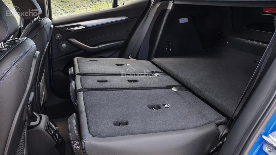Đánh giá xe BMW X2 2018: Hàng ghế sau có thể gặp phẳng để tăng dung tích khoang hàng lý 3a