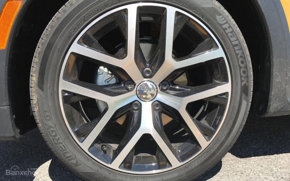 Đánh giá xe Volkswagen Beetle Dune 2017-2018: Xe được trang bị mâm 10 chấu kép.