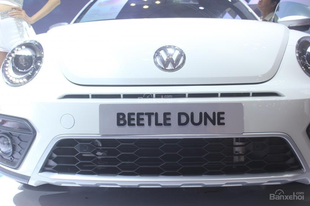Đánh giá xe Volkswagen Beetle Dune 2017-2018: Lưới tản nhiệt với viền crom sáng bóng.