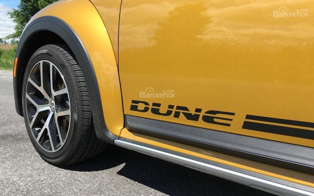 Đánh giá xe Volkswagen Beetle Dune 2017-2018: Tên xe trên thân xe.