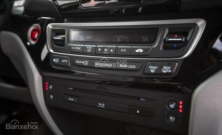 Đánh giá xe Honda Pilot 2018 về bảng điều khiển trung tâm
