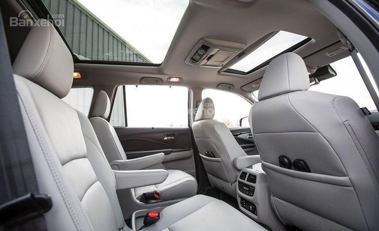 Đánh giá xe Honda Pilot 2017: Không gian trần xe thoáng và thoải mái.