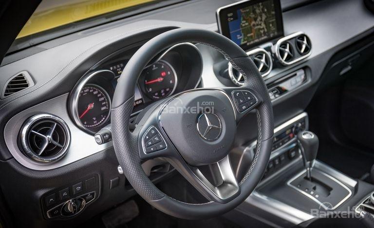 Đánh giá nhanh xe Mercedes-Benz X-Class 2018: Vô lăng bọc da.