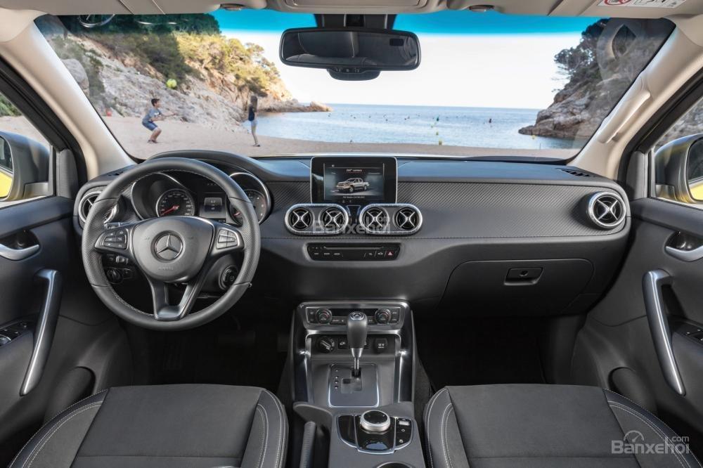 Đánh giá nhanh xe Mercedes-Benz X-Class 2018: Nội thất xe sang trọng.