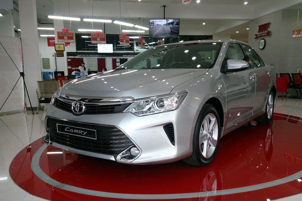 Giá xe Toyota Camry tại đại lý được giảm nhẹ.
