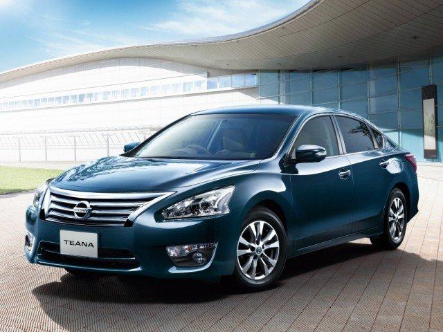 Nissan Teana màu xanh chụp từ bên sườn