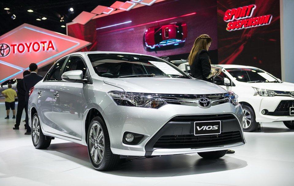 Toyota Vios màu bạc chụp từ phía trước