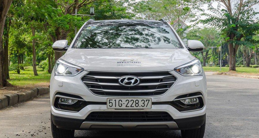 So sánh xe Hyundai Santa Fe 2017 và Toyota Fortuner 2017 về đầu xe 2