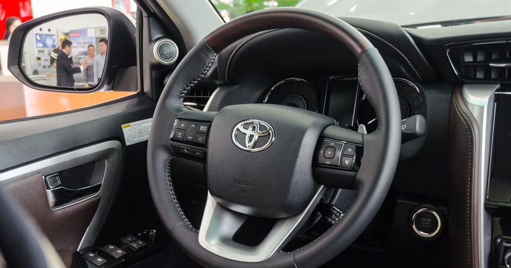 So sánh xe Hyundai Santa Fe 2017 và Toyota Fortuner 2017 về vô-lăng 3