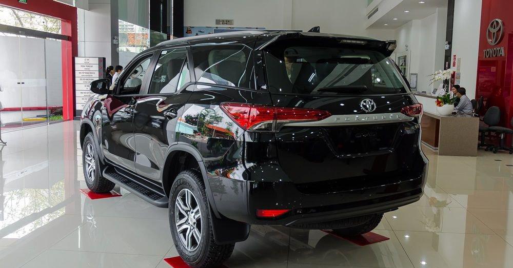 So sánh xe Hyundai Santa Fe 2017 và Toyota Fortuner 2017 về đuôi xe 3