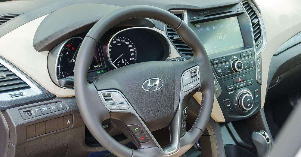 So sánh xe Hyundai Santa Fe 2017 và Toyota Fortuner 2017 về vô-lăng.