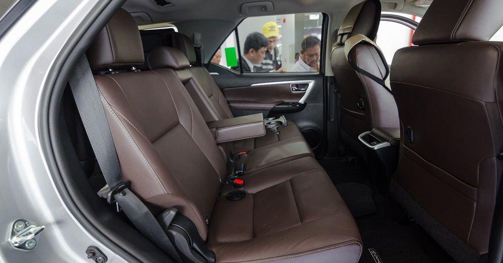 So sánh xe Hyundai Santa Fe 2017 và Toyota Fortuner 2017 về ghế xe 10