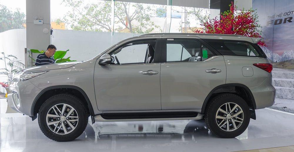 So sánh xe Hyundai Santa Fe 2017 và Toyota Fortuner 2017 về thân xe 8