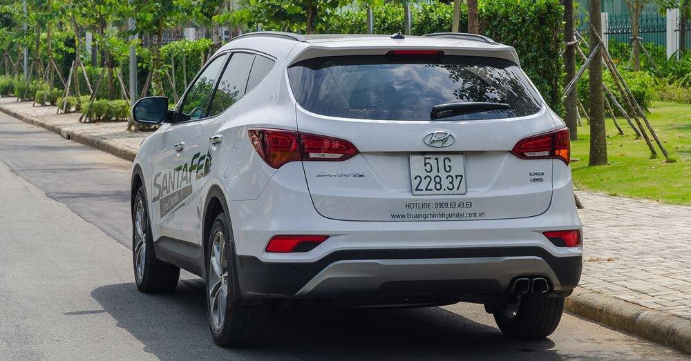 So sánh xe Hyundai Santa Fe 2017 và Toyota Fortuner 2017 về đuôi xe 2