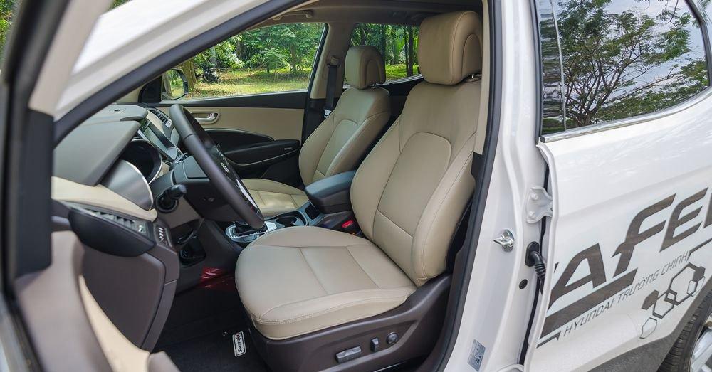 So sánh xe Hyundai Santa Fe 2017 và Toyota Fortuner 2017 về ghế xe.