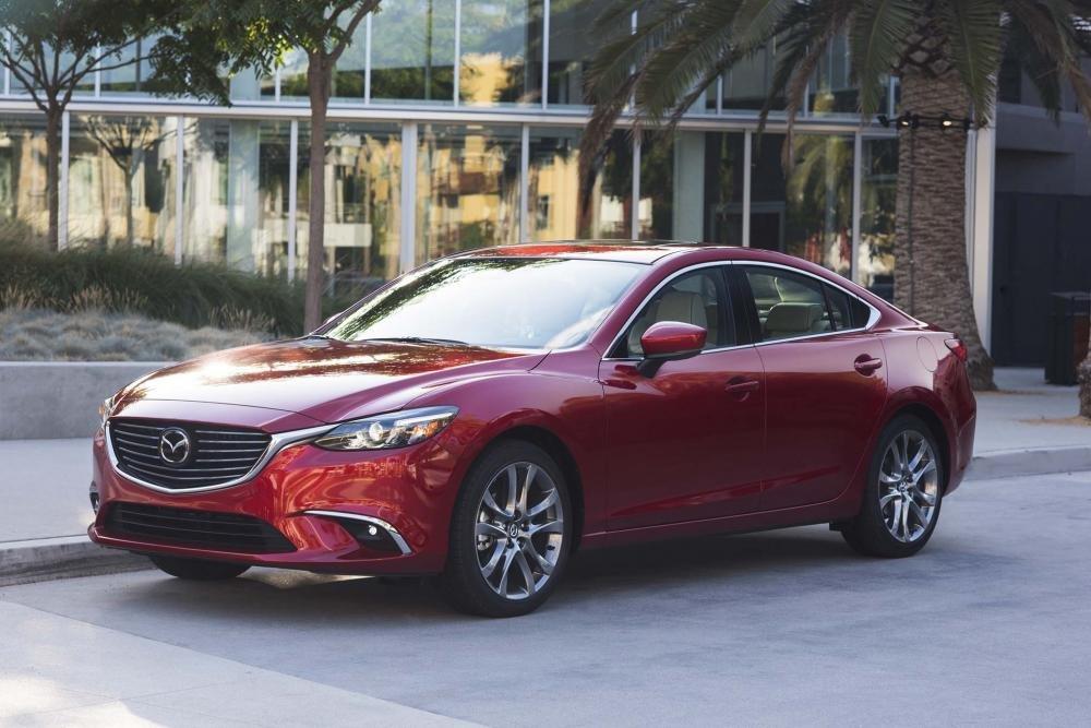 Mazda 6 màu đỏ chụp từ bên sườn