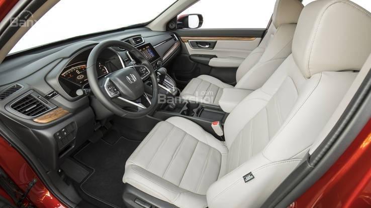 So sánh xe Honda CR-V 2018 và Nissan X-Trail 2018 về khoang nội thất và ghế ngồi.