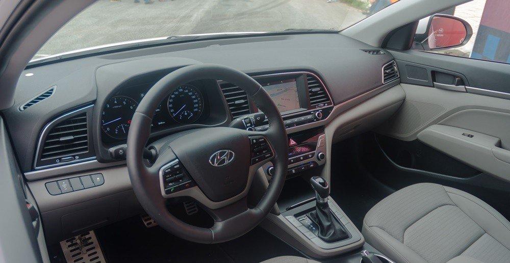So sánh nội thất xe Hyundai Elantra 2018 và Chevrolet Cruze 2018: Xe Hàn nhỉnh hơn.