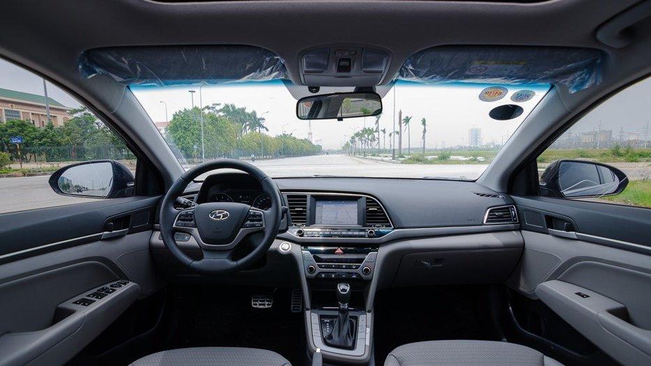 So sánh xe Hyundai Elantra 2018 và Chevrolet Cruze 2018 về bảng tablo.