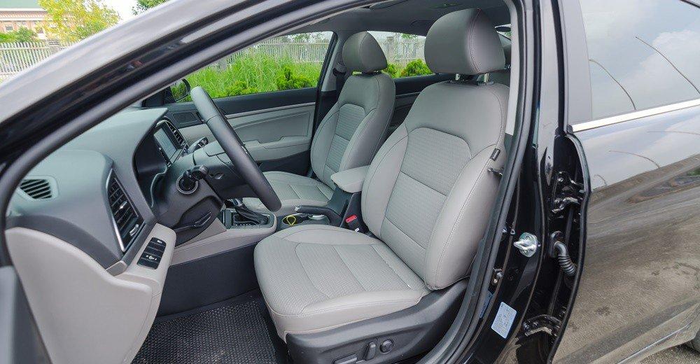 So sánh xe Hyundai Elantra 2018 và Chevrolet Cruze 2018 về ghế lái: Hyundai Elantra có ghế da chỉnh điện 10 hướng.