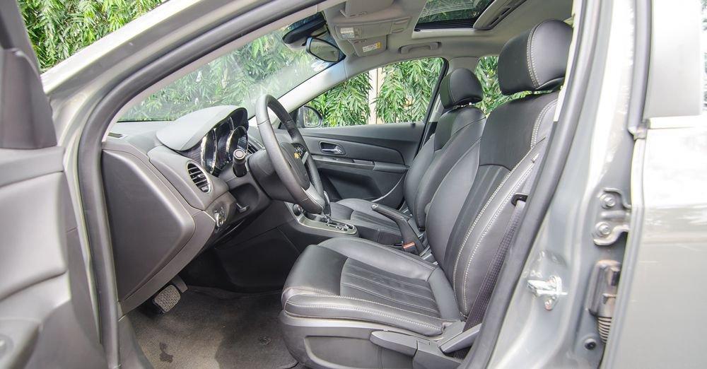So sánh xe Hyundai Elantra 2018 và Chevrolet Cruze 2018 về ghế lái: Chevrolet Cruze 2018 dùng ghế chỉnh cơ 6 hướng.