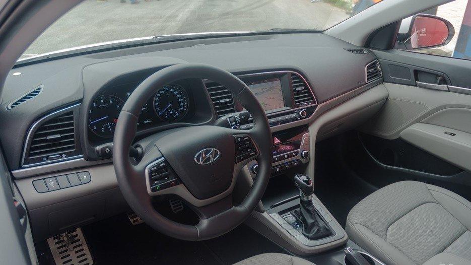 So sánh xe Hyundai Elantra 2018 và Chevrolet Cruze 2018 về vô-lăng.