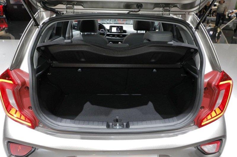 Khoang hành lý của Kia Morning X-Line 2018 khá rộng.