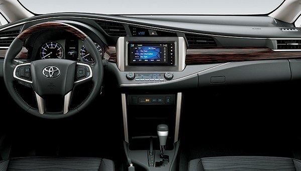 Toyota Innova Venturer 2018 được trang bị màn hình trung tâm cảm ứng 7 inch.