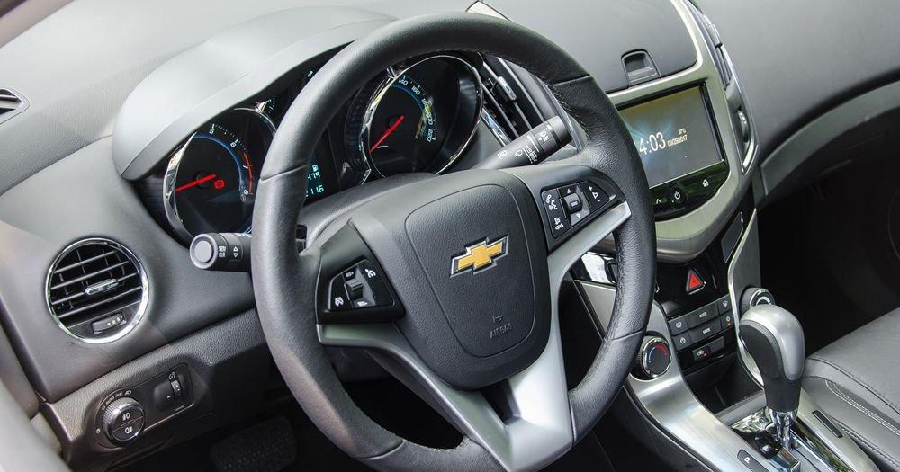 So sánh xe Chevrolet Cruze 2018 và Kia Cerato 2018 về táp lô và vô-lăng.