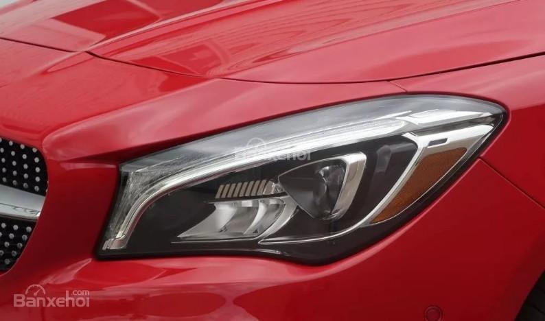 Đánh giá xe Mercedes-Benz CLA-Class 2018: Đèn pha xe.
