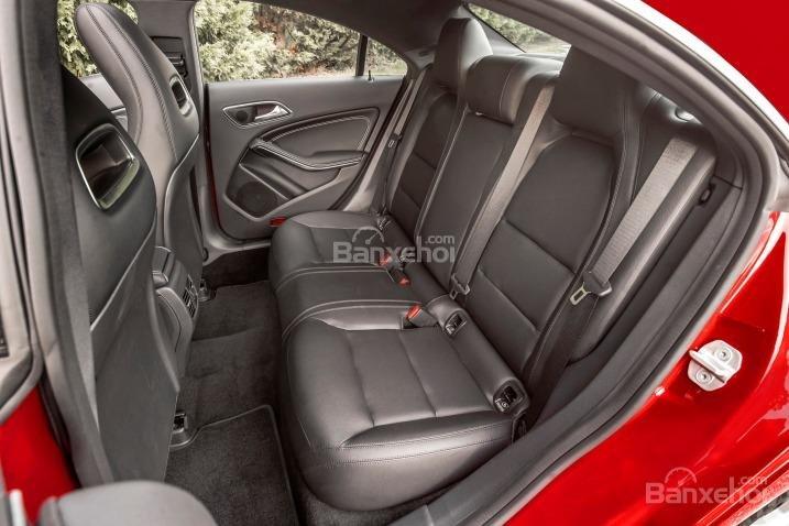 Đánh giá xe Mercedes-Benz CLA-Class 2018: Hàng ghế sau.