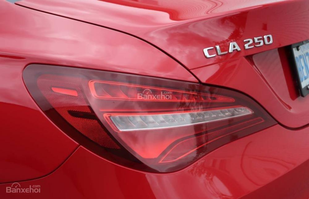 Đánh giá xe Mercedes-Benz CLA-Class 2018: Đèn hậu của xe.
