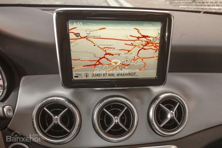 Đánh giá xe Mercedes-Benz CLA-Class 2018: Xe được trang bị bản đồ GPS.