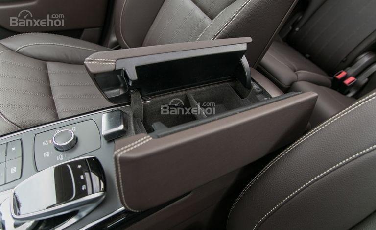 Đánh giá xe Mercedes-Benz GLS Class 2018: Các hộc chứa đồ ở khoang cabin a1