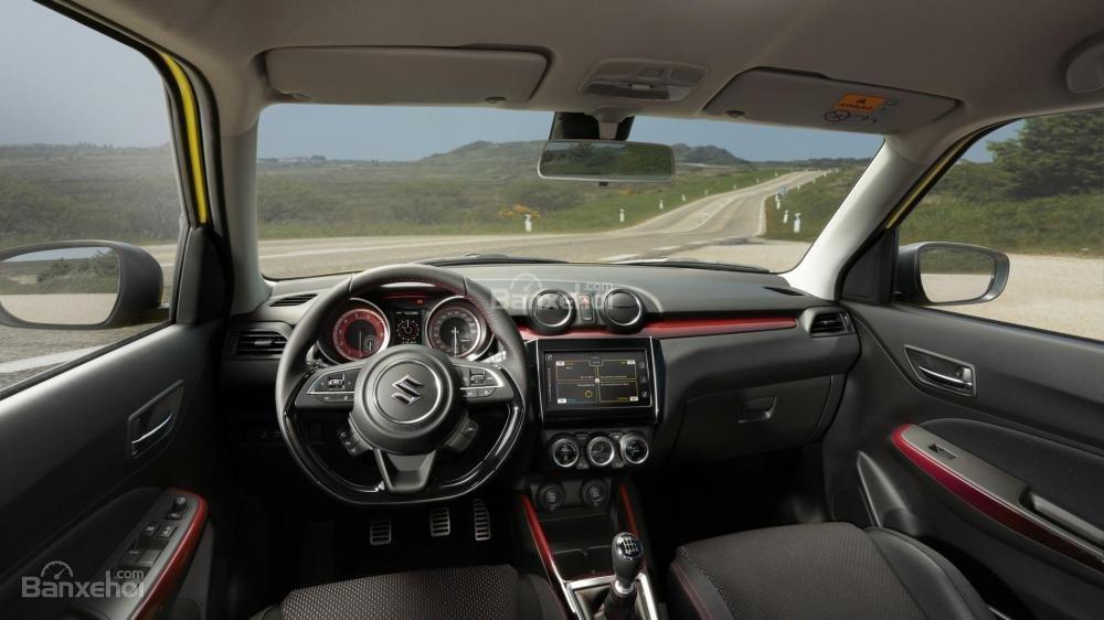 Khoang nội thất Suzuki Swift Sport 2018 ấn tượng các đường viền trang trí màu đỏ bắt mắt.
