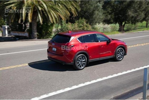 So sánh xe Mazda CX-5 2018 và Nissan X-Trail 2018 về khả năng tăng tốc.