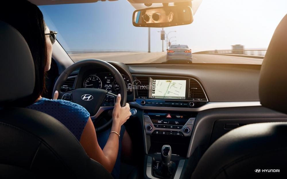 Đánh giá xe Hyundai Elantra 2018 về trang bị tiện ích.