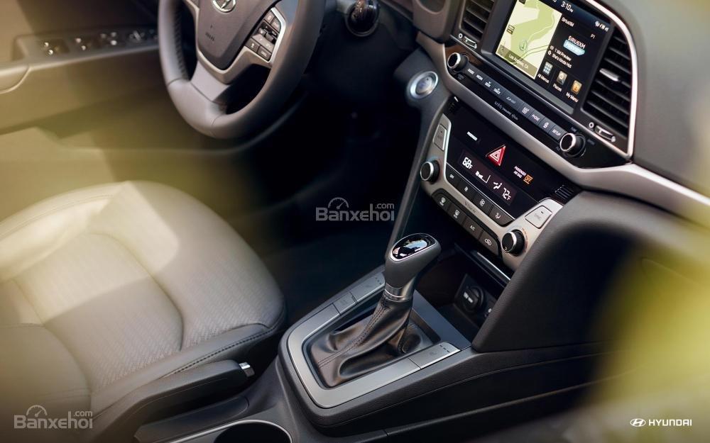 Đánh giá xe Hyundai Elantra 2018 về khu vực điều khiển trung tâm.