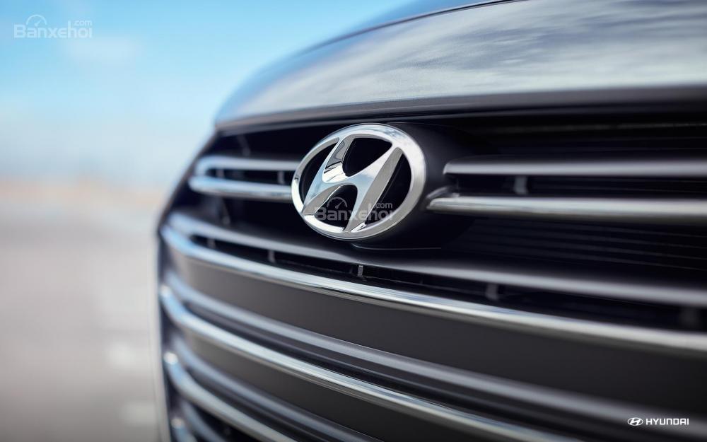 Logo Hyundai ở lưới tản nhiệt Hyundai Elantra 2018